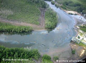 An aerial view shows an oil spill which pollutes a waterway 30 March 2003 in Nigeria's Niger Delta near the Escravos export terminal. The troubled region's oil facilities have been closed down and evacuated during two weeks of bloody ethnic violence. Foto: Pius Utomi Ekpei dpa