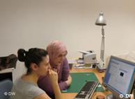 Хандан Анапа (слева) консультирует Эзлем Мани в вопросах экологичного домашнего хозяйства
