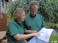 Супруги Кординги ищут на карте велосипедные маршруты
