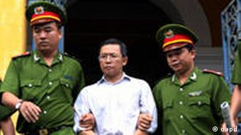 Police officers escort French-Vietnamese math professor Pham Minh Hoang out of a courthouse in Ho Chi Minh City, Vietnam, Wednesday, Aug. 10, 2011. Hoang was sentenced to three years in Vietnamese prison for belonging to a banned pro-democracy group and publishing an anti-communist blog online, his lawyer said. (Foto:Vietnam News Agency, Hoang Hai/AP/dapd)