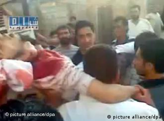 المتظاهرون يحملون أحد ضحايا مظاهرات جمعة لن نركع في مدينة حمص