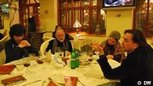 """Fotos vom internationalen Literaturfestival Meridian Czernowitz, die letztes Jahr im September 2010 während des Festivals in der westukrainischen Stadt Tschernowitz aufgenommen wurden. Die Fotos bekam unsere Praktikantin Aliona Pawlenko von der Pressestelle des Festivals, die im Besitz der Autorenrechte ist. Entsprechende Erlaubnis zur Veröffentlichung der Bilder auf den Seiten der DW liegt vor Ukrainian writer and poet Yury Andruhovych with members of the """"Meridian Czernowitz"""" festival last year."""
