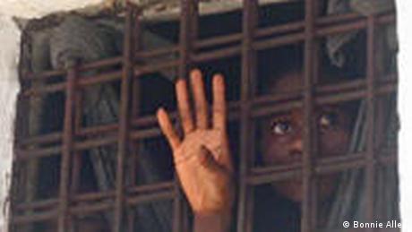 Les prisonniers attendent longtemps avant d'être finalement traduits devant le juge.