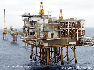 Blick auf eine Erdgas- und Erdölförderplattform in der Nordsee vor der norwegischen Küste, aufg. am 5.7.2003. Sie gehört zum Erschließungsgebiet Ekofisk, das aus den Öl- und Gasfeldern Ekofisk, Eldfisk, Embla und Tor besteht und derzeit aus insgesamt 29 Einzelplattformen umfasst. Diese Komponenten sind mit Gehsteigen und teilweise mit Leitungen miteinander verbunden. Im Öl- und Gasfeld Ekofisk werden derzeit täglich 400.000 Barrel Öl und zwölf Millionen Kubikmeter Gas gefördert. Beteiligte Unternehmen sind u.a. die Ruhrgas AG, die Phillips-Gruppe und Shell.