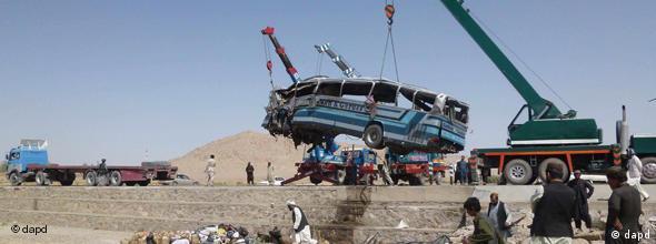 یک بس مسافربری که در مسیر شاهراه واژگون شده است.