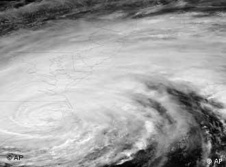 Uragan IrenaGOES-13 satellite is shown in its native format: grayscale and unprojected. Hurricane Irene opened its assault on the Eastern Seaboard on Saturday by lashing the North Carolina coast with wind as strong as 115 mph and pounding shoreline homes with waves. Farther north, authorities readied a massive shutdown of trains and airports, with 2 million people ordered out of the way. (Foto:NOAA/AP/dapd)