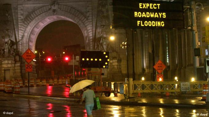 A road sign warns of inclement weather caused by Hurricane Irene as a pedestrian crosses Canal St. in front of the Manhattan bridge in Lower Manhattan, Saturday, Aug. 27, 2011. Mayor Bloomberg advised all New Yorkers to prepare as the region girded for wind, rain, and flooding as the storm stood poised to bear down on an already saturated New York state. (Foto:Mary Altaffer/AP/dapd)