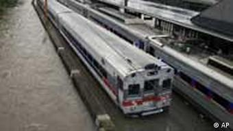 دو قطار در شهر ترنتون ایالت نیوجرسی درمیان سیل آب حاصل از توفان آیرین