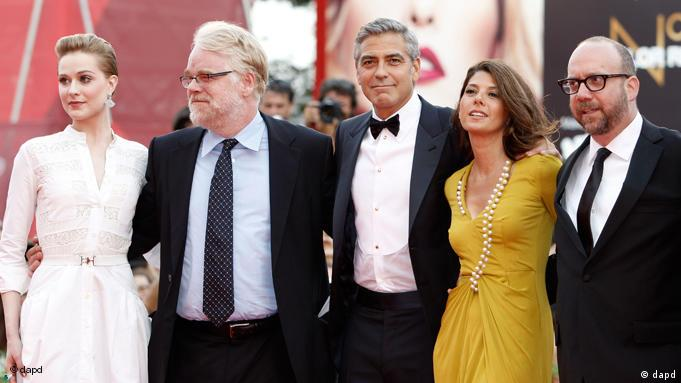 From left, US actors Evan Rachel Wood, Philip Seymour Hoffman, director George Clooney and actors Marisa Tomei, Paul Giamatti arrive on the red carpet for the premiere of their movie 'The Ides of March', which opens the 68th edition of the Venice Film Festival in Venice, Italy, Wednesday, Aug. 31, 2011. (Foto:Andrew Medechini/AP/dapd)
