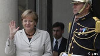 German Chancellor Angela Merkel waves as she arrives at the Elysee Palace in Paris, Thursday, Sept.1, 2011. Heads of state and top officials gather in Paris to work out how to support Libya's opposition leaders after Gadhafi's fall from power. (Foto:Michel Euler/AP/dapd)