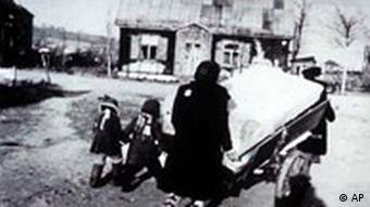 Женщина с детьми в евроейском гетто