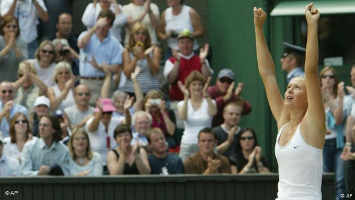 Maria Sharapova gewinnt im Finale gegen Serena Williams Wimbledon 2004 FLASH-GALERIE