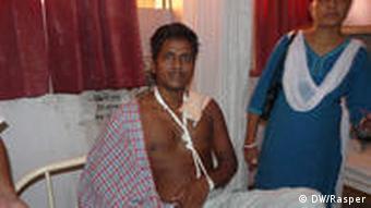 Chotew Lal sitzt mit einer Schlinge um den Arm in einem Krankenhausbett (Foto: DW/Rasper)