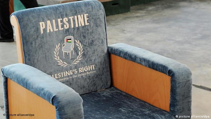 A chair meant to represent a proposed United Nations seat for Palestine is seen after a press conference at United Nations headquarters in New York, New York, USA on 15 September 2011. Palestinian Authority President Mahmoud Abbas is expected to ask the United Nations to admit Palestine as a new member state during the United Nations General Assembly next week. EPA/JUSTIN LANE (re-cropped version) Schlagworte Konflikte, UN, Nahost, Palästinenser, Symbol für eine UN-Mitgliedschaft, hellblauer Sessel mit dem großen Aufdruck «Palestine», Lehne, Palästina, palästinensisches Volk, Vollmitglied, Vereinte Nationen