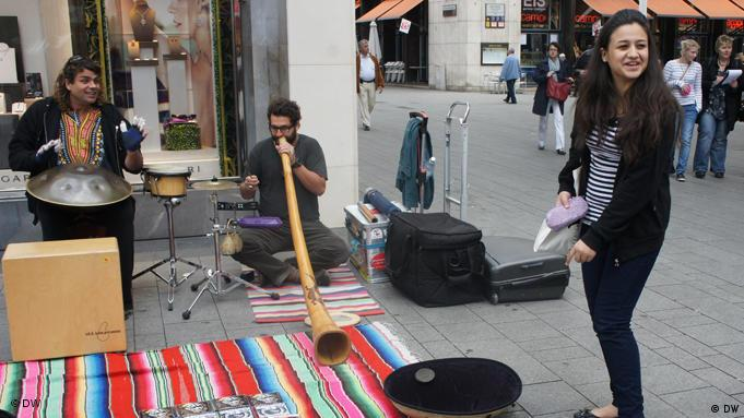 Douaa with street musicians in Cologne