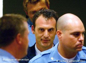 Kosovo-Albaner Limaj vor dem UN-Tribunal in den Haag (picture-alliance/dpa)