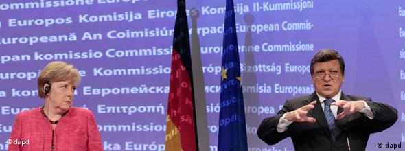 German Chancellor Angela Merkel, left, looks at European Commission President Jose-Manuel Barroso as he speaks during a news conference at the European Commission headquarters in Brussels, Wednesday, Oct. 5, 2011. Germany's chancellor said Wednesday that she would support a Europe-wide plan to recapitalize banks if such a move was deemed necessary. (Foto:Yves Logghe/AP/dapd)