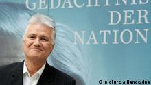 Caption Der Initiator Guido Knopp steht am Donnerstag (06.10.2011) in Berlin bei der Vorstellung des Projektes Gedächtnis der Nation vor einer Fotowand. Ziel des Projektes ist es, Erinnerungen von Zeitzeugen der deutschen Geschichte zusammenzutragen. Foto: Robert Schlesinger dpa/lbn +++(c) dpa - Bildfunk+++