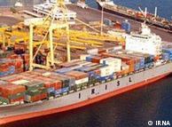 یک کشتی حامل کالاهای وارداتی در جنوب ایران. کاهش درآمدهای ارزی، به معنای کاهش واردات است