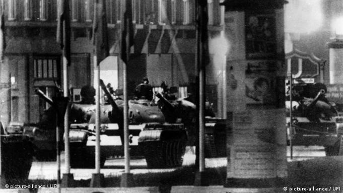 Sowjetische Panzer sind am 27.10.1961 in Ostberlin hinter dem Grenzübergang Friedrichstraße aufgefahren. Ihnen gegenüber stehen amerikanische Panzer - beide Seiten sind bereit zu schießen. (Foto:UP)