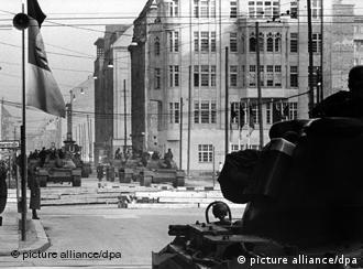 Ein amerikanischer Panzer im Vordergrung und im Hintergrund sowjetische Panzer am Sektorengrenzübergang für Diplomaten und Ausländer in der Friedrichstraße, etwa 150 Meter hinter der Grenzlinie in Ostberlin, aufgenommen am 28.10.1961. Am Tag zuvor hatten mehrere amerikanische Panzer unmittelbar an der Grenzlinie zwischen West- und Ostberlin Aufstellung genommen. (Foto:dpa)