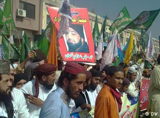 Supporters of Qadri demonstrate against his death sentence