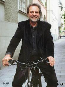 Reitz mit dunklem Anzug auf Fahrrad