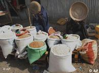 Mulheres somális vendem bens de ajuda humanitária