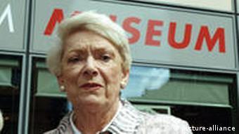 Ruth Leuwerik besuchte die Sonderausstellung Die ideale Frau. Ruth Leuwerik und das Kino der fünfziger Jahre (2004)
