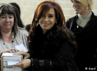 Argentina's president Cristina Fernandez votes during general elections in Rio Gallegos, Argentina, Sunday Oct. 23, 2011. Fernandez appeared to be headed for a landslide victory over six rivals as Argentines voted on Sunday. If she does win, she'll be the first woman re-elected as president in Latin America. (Foto:Francisco Munoz/AP/dapd)