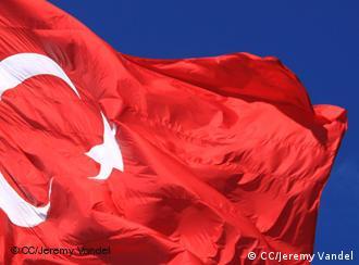 türkische Flagge weht im Wind (Foto: CC/Jeremy Vandel)