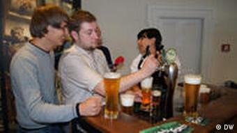 Ростислав Шевчук наливает пиво в бокал