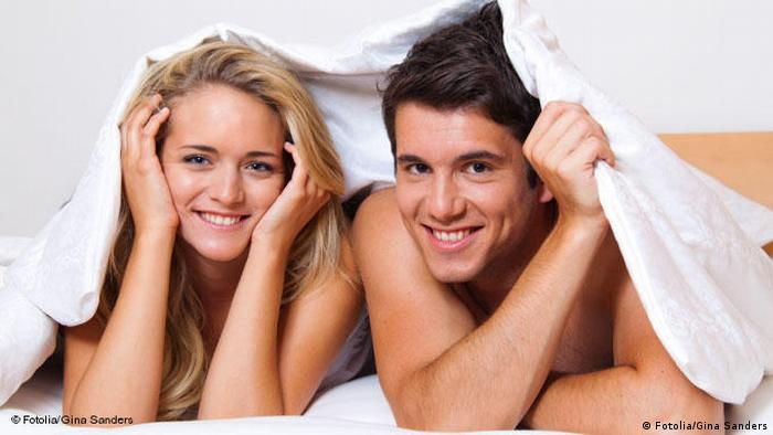 Paar hat Spaß im Bett (Fotolia/Gina Sanders)