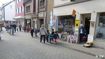 Kinder in der Fußgängerzone der Stadt Dormagen (Foto: DW)