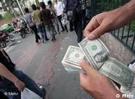 Titel: Iran Finanzkrise Geldwechsler  Beschreibung: Ein Geldwechsler zählt US-Dollar auf der Ferdowsi Straße in der Hauptstadt Teheran. (Iran Währung Geld)  Lizenz: Mehr