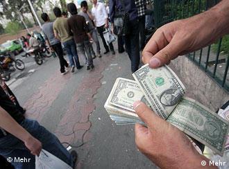 روز دوشنبه (۱۲ ژانویه/۲ دی) دلار به رقم بیسابقه ۱۸۰۰ تومان رسیده بود