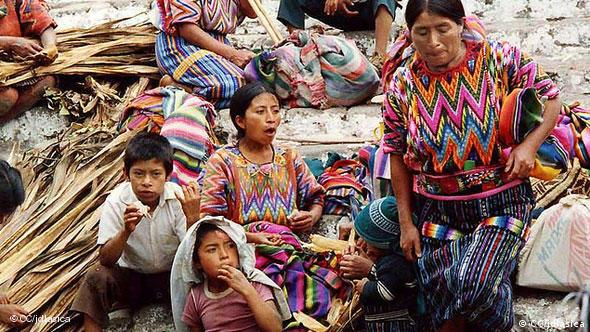 Church of St. Tomas Indigena women and children gather on the steps of the Church of St. Tomas in the main square of Chichicastenango before the market opens. +++CC/jdlasica+++ am 2.11.2005 aufgenommen am 03.11.11 geladen http://www.flickr.com/photos/jdlasica/59283086/ Lizenz: http://creativecommons.org/licenses/by-nc/2.0/deed.de