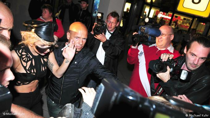 Михаэль Кур с Леди Гага в аэропорту Тегель