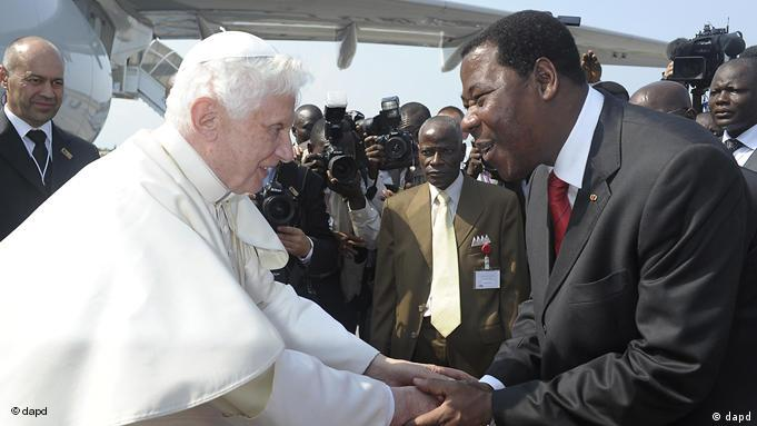 L'ancien président Thomas Boni Yayi recevant à Cotonou le pape Benoît XVI en novembre 2011.
