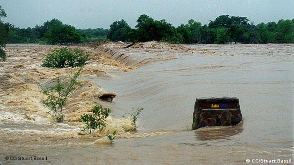 The Sabie River in flood over the HIGH water bridge, February 2000 - Kruger National Park, South Africa +++CC/Stuart.Bassil+++ am 9.6.2006 aufgenommen am 21.11.2011 geladen Lizenz: http://creativecommons.org/licenses/by/2.0/deed.de http://www.flickr.com/photos/93014478@N00/163551787/ globalideas, coolkllima, coolsüda, klima, überschwemmung