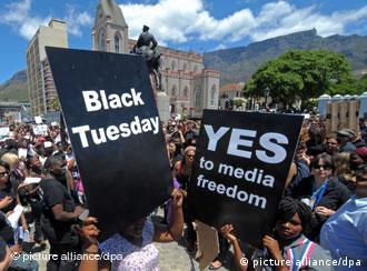 Hunderte Menschen protestieren am Dienstag (22.11.2011) vor dem südafrikanischen Parlament in Kapstadt gegen die Verabschiedung eines neuen Informationsgesetzes zur Zensur der Presse. Das Gesetz, das die Veröffentlichung von vertraulichem und geheimem Material mit teilweise drakonischen Strafen bedroht, sollte am Nachmittag vom Parlament in Kapstadt mit der großen Mehrheit der Regierungspartei ANC verabschiedet werden. Foto: Ralf Hirschberger dpa