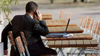 Berlin Geschäftsmann Anzug Handy Café
