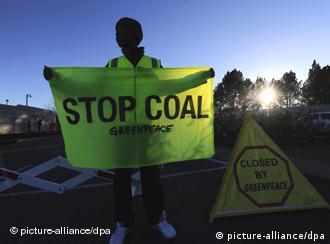 Aktivis Greenpeace Afrika menggelar protes di depan kantor Eskom