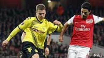 Arsenal's Mikel Arteta (r) and Dortmund's Lukasz Piszczek (l) fight for the ball
