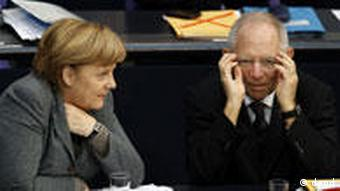 German Chancellor Angela Merkel, left, and German Finance Minister Wolfgang Schaeuble, right, attend the budget debate at the German Federal Parliament, Bundestag, in Berlin, Germany, Friday, Nov. 25, 2011. (Foto:Michael Sohn/AP/dapd)