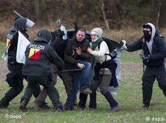 Enfrentamientos entre policías y manifestantes acompañaron el recorrido del tren con basura radioactiva.