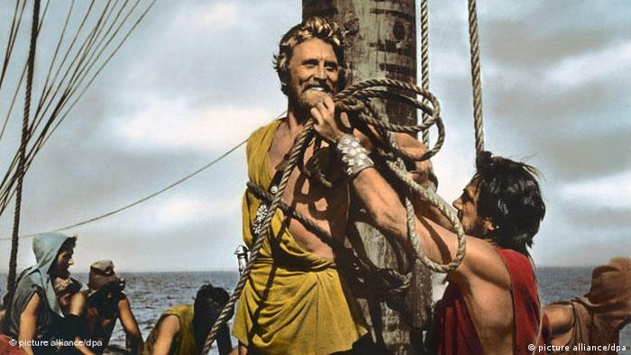 Film still from Uliysses shows actor Kirk Douglas tied to a mast (Foto: picture alliance/dpa).