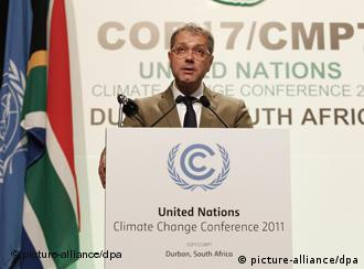 epa03026890 Norbert Roettgen, Minister of Environment of Germany speaks during the High Level Segment of the COP 17 / CMP 7 United Nations (UN) Climate Change Conference 2011 in Durban, South Africa 07 December 2011. The 17th session of the Congress of the Parties (COP) comprising 194 countries meeting to discuss the United Nations Framework Convention on Climate Change (UNFCCC) is in its High Level Segment serving as the meeting of the Parties to the Kyoto Protocol. EPA/NIC BOTHMA +++(c) dpa - Bildfunk+++