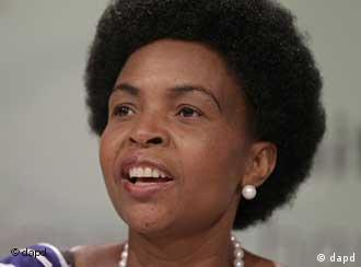 South Africa's foreign minister Maite Nkoana-Mashabane speaks during a media briefing at the climate change conference taking place in the city of Durban, South Africa, Friday, Dec 9, 2011. The United States, China and India could scuttle attempts to save the only treaty governing global warming, Europe's top negotiator said Friday hours before a 194-nation U.N. climate conference was to close. (Foto:Schalk van Zuydam/AP/dapd)