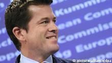 Der ehemalige Verteidigungsminister Karl-Theodor zu Guttenberg blickt am Montag (12.12.2011) während einer Pressekonferenz bei der EU-Kommission in Brüssel in die Runde. Guttenberg stellte zusammen mit der EU-Kommissarin für Digitales Pläne zur Unterstützung von Netzaktivisten in autoritär regierten Staaten vor. Es war Guttenbergs erster öffentlicher Auftritt in Europa, nachdem er im März 2011 wegen Plagiatsvorwürfen zu seiner Doktorarbeit von seinem Amt zurückgetreten war. Nach Veröffentlichung seines Interview-Buchs «Vorerst gescheitert» Ende November wird in Deutschland über ein politisches Comeback Guttenbergs diskutiert. Foto: Marius Becker dpa